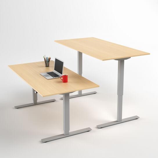 hoj-och-sankbart-skrivbord-silver-stativ-och-bjork-skiva